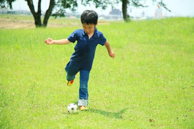 子供と公園で楽しめる遊び道具!100均おもちゃや折り紙の紙飛行機なら経済的!