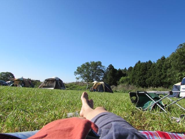 キャンプで寝る時に使うマットは何がいい?キャンピングマットの選び方