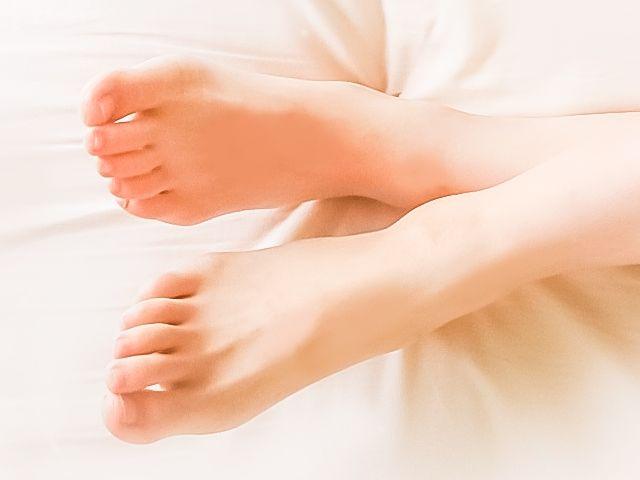 夏の夜に足の裏が熱くて眠れない…そんな時の対処法は氷枕で直接冷やすのが効果的!